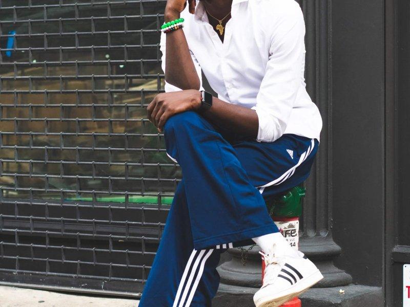 schoenvisie.nlappuploads201911man wearing blue adidas pants sitting on a post 2775205 1 800x600.jpg